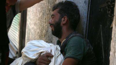 un-syrien-pleure-la-mort-de-son-enfant-dans-le-quartier-de-saleheen-controle-par-les-rebelles-le-16-juillet-2016-dans-le-nord-d-alep_5638685